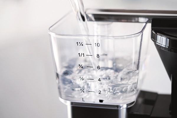 Wasserbehaelter einer Filterkaffeemaschine mit Wasser