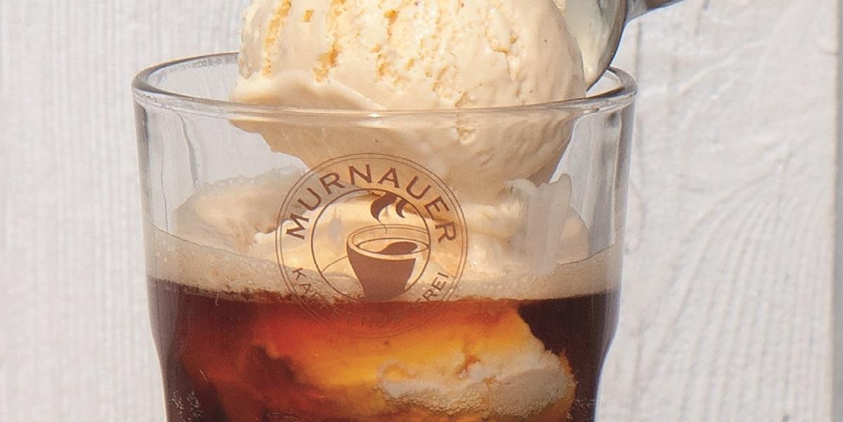 Glas in Nahaufnahme mit Eiskaffee