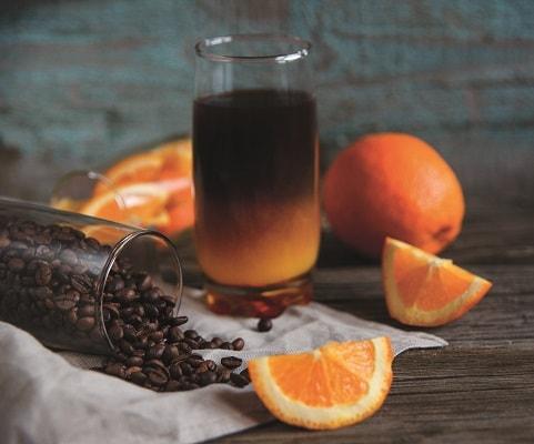 Kaffee im Glas mit Orangensaft vermischt