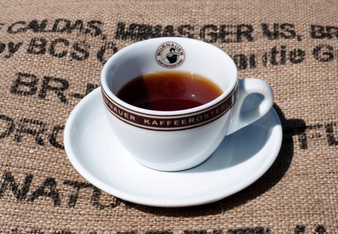 Tasse mit Kaffee auf Kaffeesack