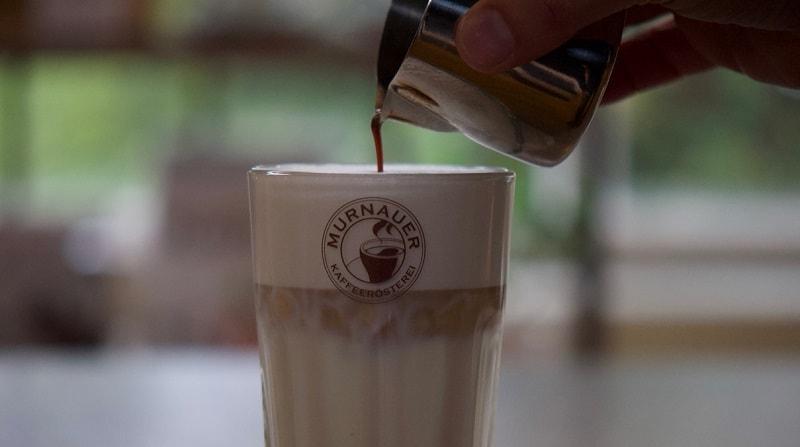 latte macchiato wir gerade zubereitet in nahaufnahme