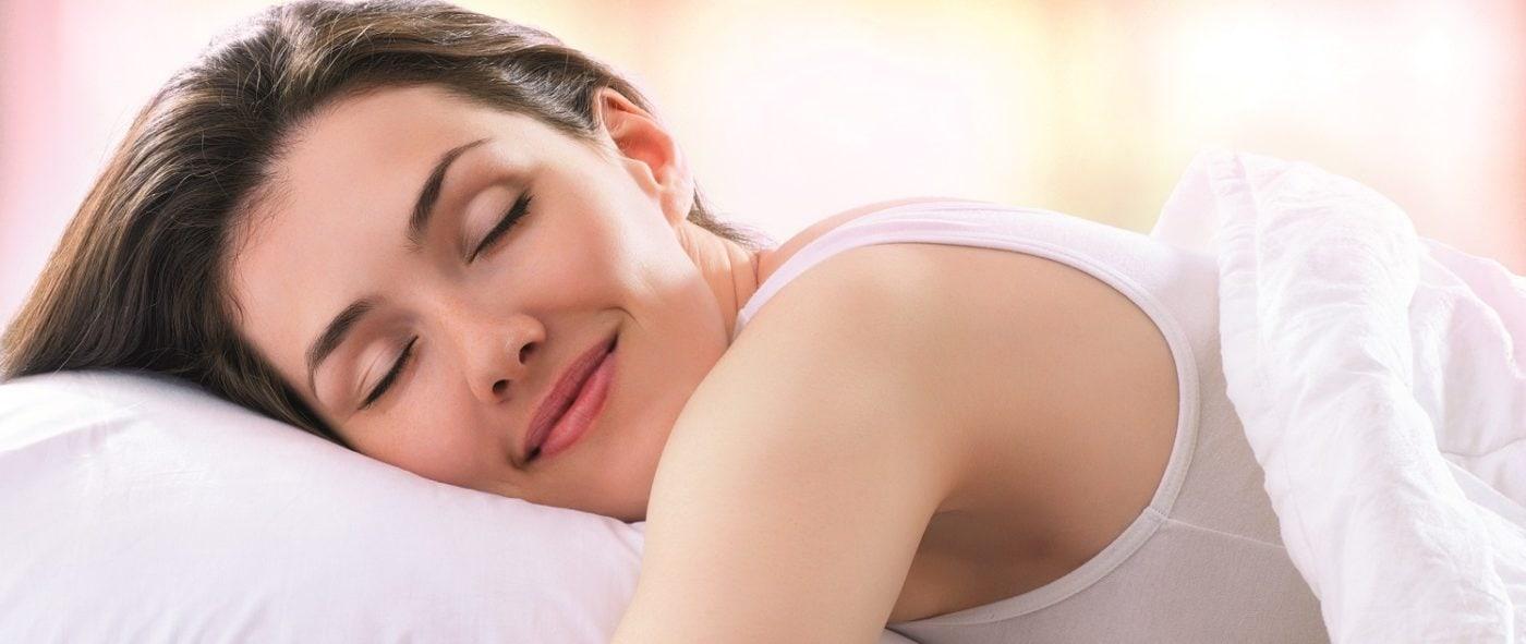 schlafende Frau auf Kissen entkoffeinierter Kaffee